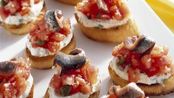Rezept: Röstbrote mit Tomaten, Frischkäse und Anchovis