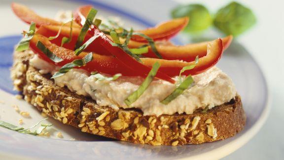 Rezept: Roggenbrot mit Lachsaufstrich und Paprika