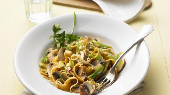 Rezept: Roggennudeln mit Champignon-Sprossen-Soße
