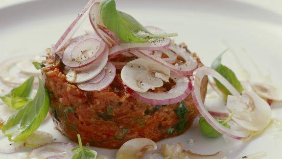 Rezept: Rohes Rinderhackfleisch mit Kapern, roten Zwiebeln und Oliven