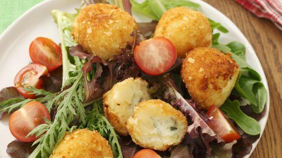 Rezept: Roquefort-Kroketten mit Blattsalat