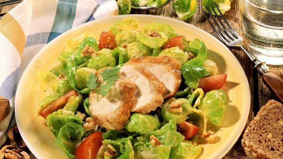 Rezept: Rosenkohlsalat mit Hähnchen, Tomaten und Walnusskernen