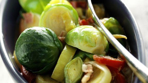 Rezept: Rosenkohlsalat mit Porree und Rohschinken