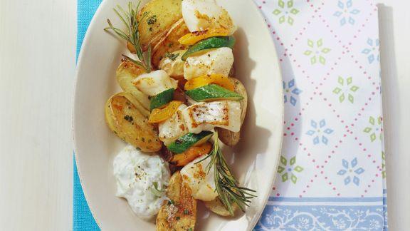 Rezept: Rotbarschspieße mit Gemüse, gebackenen Kartoffeln und Gurkenjoghurt