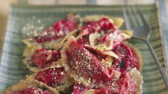 Rezept: Rote-Bete-Ravioli mit Mohnbutter