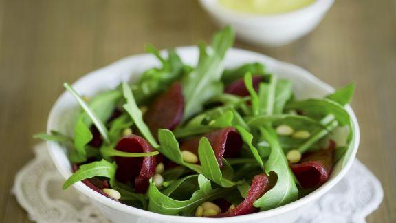 Rezept: Rote-Bete-Salat mit Rauke und Pinienkernen