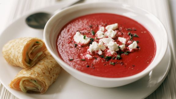 Rezept: Rote-Bete-Suppe mit Ziegenkäse und Pfannkuchen