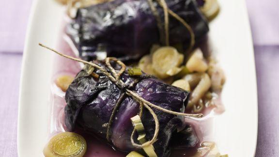 Rezept: Rotkohlrouladen mit Hackfleisch gefüllt und Lauchgemüse