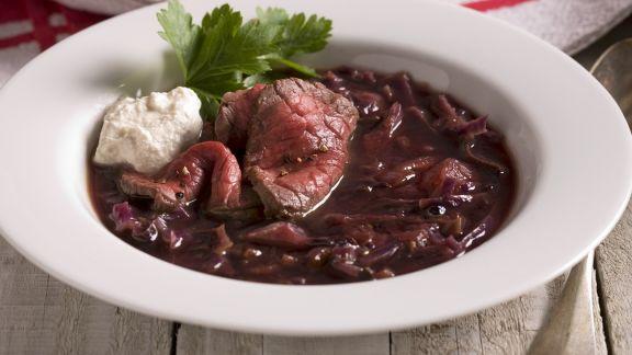 Rezept: Rotkrautsuppe mit Rind und Sahnemeerrettich