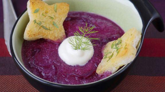 Rezept: Rotkrautsuppe mit saurer Sahne und Toast