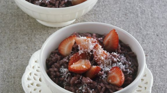 Rezept: Rotwein-Risotto mit frischen Erdbeeren