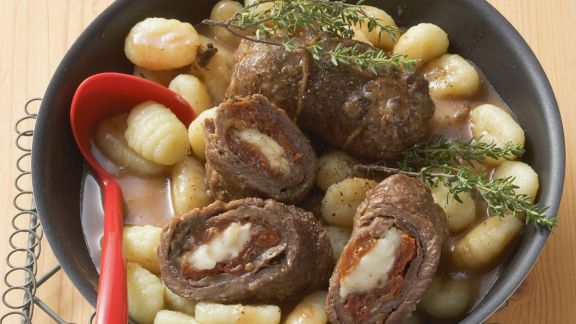 Rezept: Rouladen auf mediterrane Art mit Käse und Tomaten gefüllt