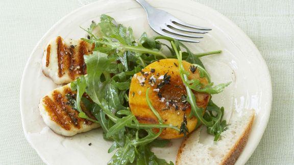 Rezept: Rucola mit zypriotischem Grillkäse und Pfirsich