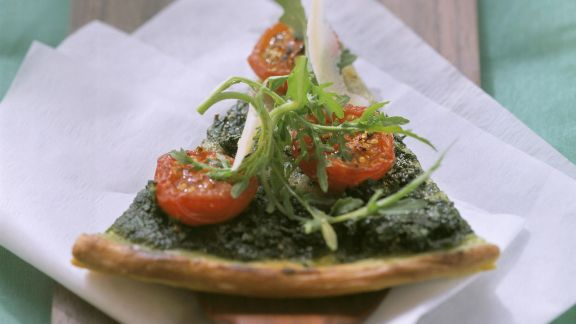 Rezept: Rucola-Pizza mit Cocktailtomaten und Parmesan