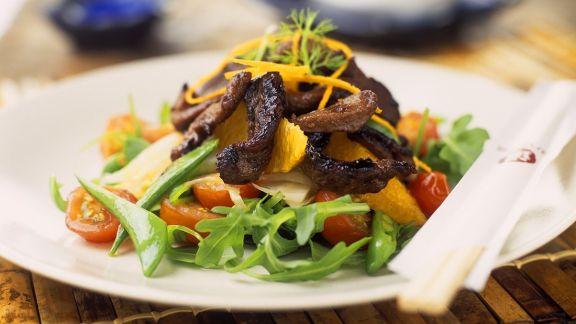 Rezept: Rucola-Tomatensalat mit gebratenem Schweinefleisch