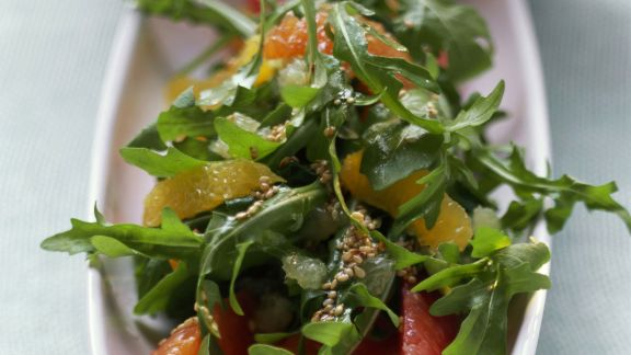 Rezept: Rucola-Zitrus-Salat mit Sesamkörnern