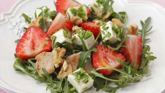 Rezept: Rucolasalat mit Erdbeeren, Schafskäse, Hähnchen und Walnusskernen