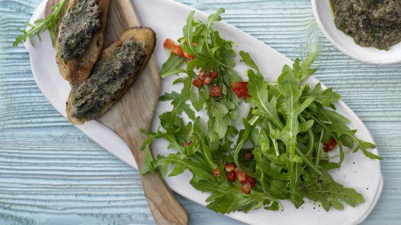 Rezept: Rucolasalat mit Oliven-Crostini