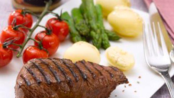 Rezept: Rumpsteak mit grünem Spargel, Kirschtomaten und gedünsteten Kartoffeln