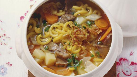 rustikale suppe mit fleisch nudeln kartoffeln und gem se rezept eat smarter. Black Bedroom Furniture Sets. Home Design Ideas