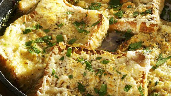 Rezept: Rustikale Suppe mit Käsebrot