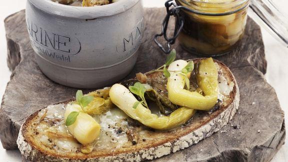 Rezept: Rustikales Brot mit Gänseschmalz und glasierten Lauchzwiebeln