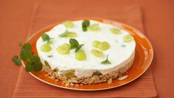 Rezept: Sahne-Traubentorte mit Cornflakesboden