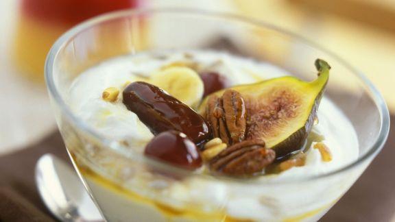 Rezept: Sahnejoghurt mit Nüssen und süßen Früchten