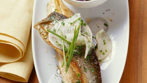 Rezept: Saibling mit Lila-Kartoffelsalat und Rettichgemüse