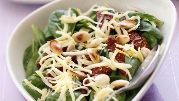 Rezept: Salat aus Blattspinat, getrockneten Tomaten und Käse