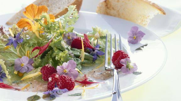 Rezept: Salat aus Essblüten