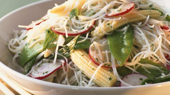 Rezept: Salat aus Fadennudeln und Gemüse
