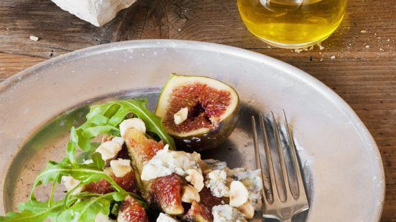 Rezept: Salat aus Feigen, Edelschimmelkäse, Haselnüssen und Rauke