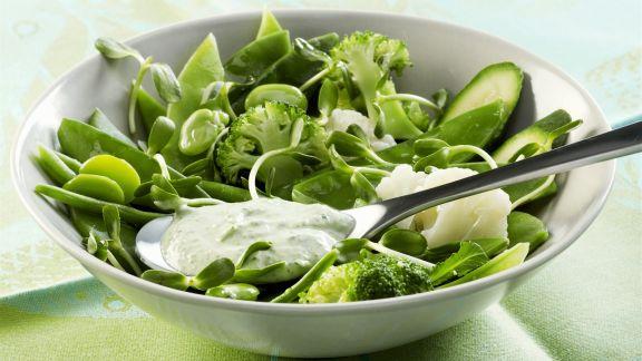 Rezept: Salat aus grünem Gemüse mit frischem Dressing aus Joghurt, Minze und Frischkäse