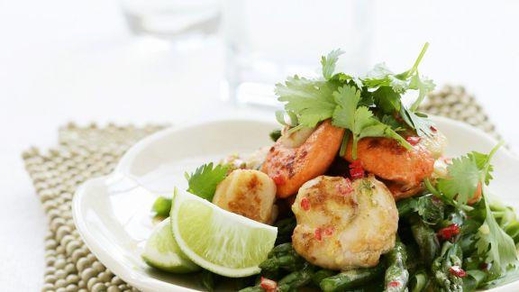 Rezept: Salat aus grünem Spargel mit Jakobsmuscheln und Koriander