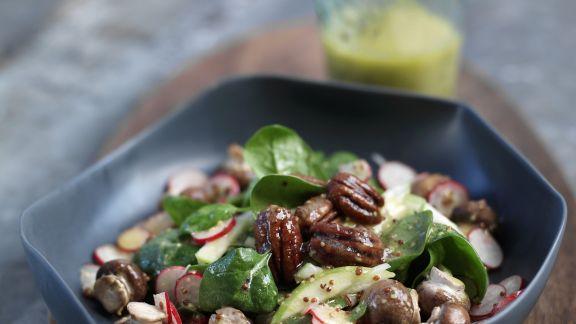 Rezept: Salat aus jungem Spinat und feurigen Pekannüssen
