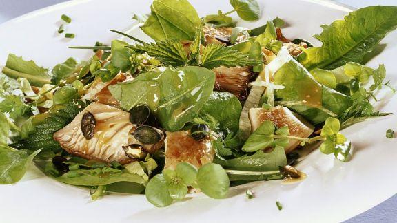 Rezept: Salat aus Kräutern, Austernpilzen und Kürbiskernen