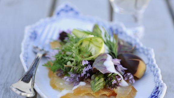 Rezept: Salat aus Räucherfisch, Spargel und frischen Kräutern