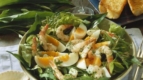 Rezept: Salat aus Wildkräutern mit Eiern und Shrimps