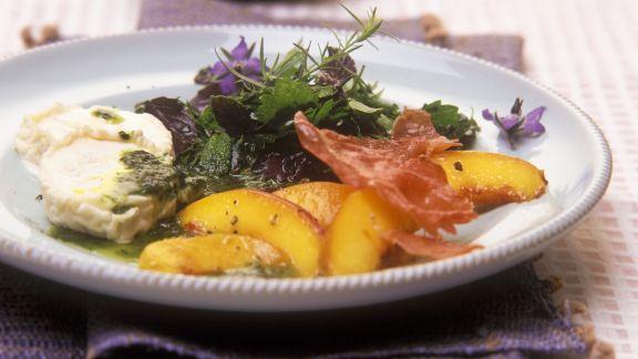 Rezept: Salat aus Wildkräutern, Pfirsich und Ziegenkäse mit Basilikumöl-Dressing
