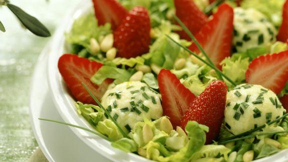 Rezept: Salat mit Erdbeeren Ziegenfrischkäse-Klößchen