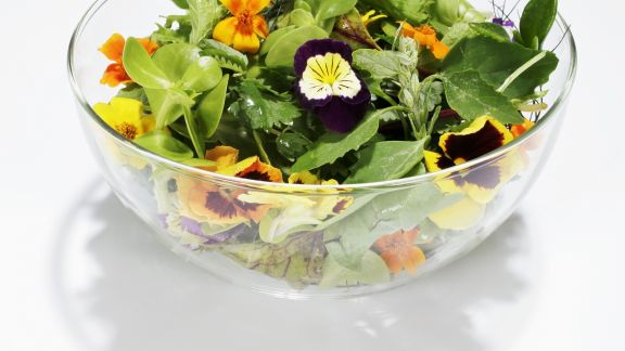 Rezept: Salat mit Essblüten