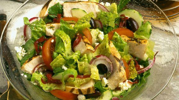Rezept: Salat mit Feta, Oliven, Paprika, Zwiebeln und Hähnchenstreifen