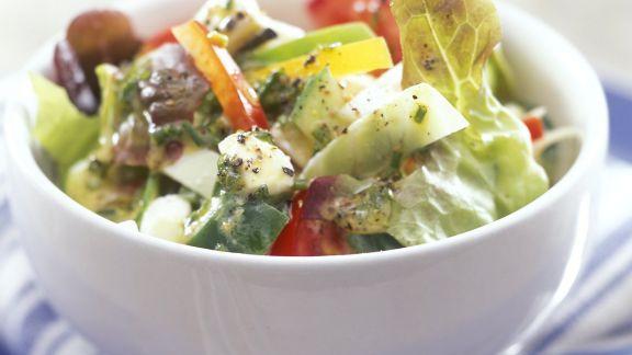 Rezept: Salat mit Feta, Oliven und Paprika