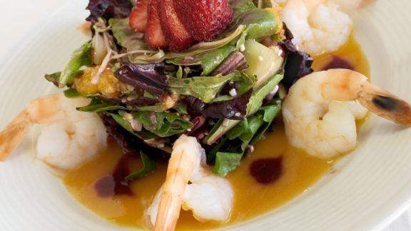 Rezept: Salat mit Früchten, dazu Shimps