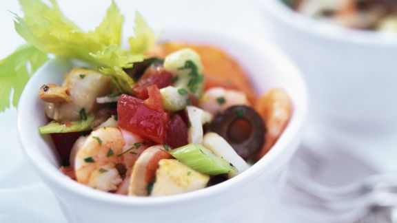 Rezept: Salat mit Frutti di mare, Stangensellerie und Oliven