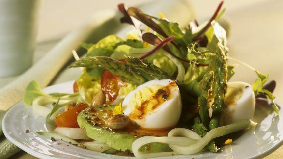 Rezept: Salat mit Gemüse, harten Eiern und Pesto Rosso-Dressing