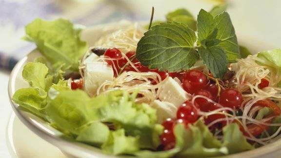Rezept: Salat mit Glasnudeln, Käse und Johannisbeeren