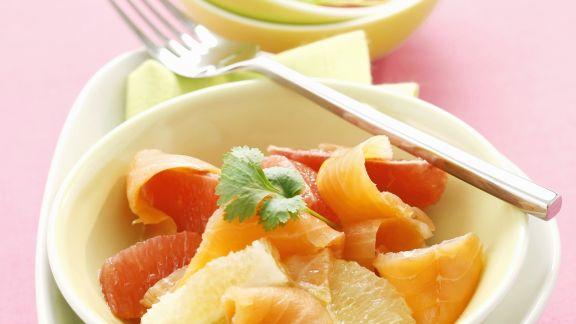 Rezept: Salat mit Grapefruit und geräuchertem Lachs