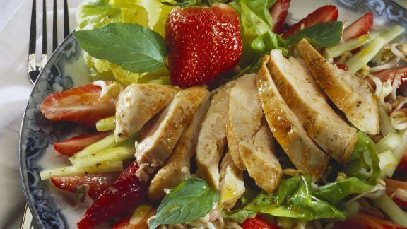 Rezept: Salat mit Hähnchen, Sprossen und Erdbeeren